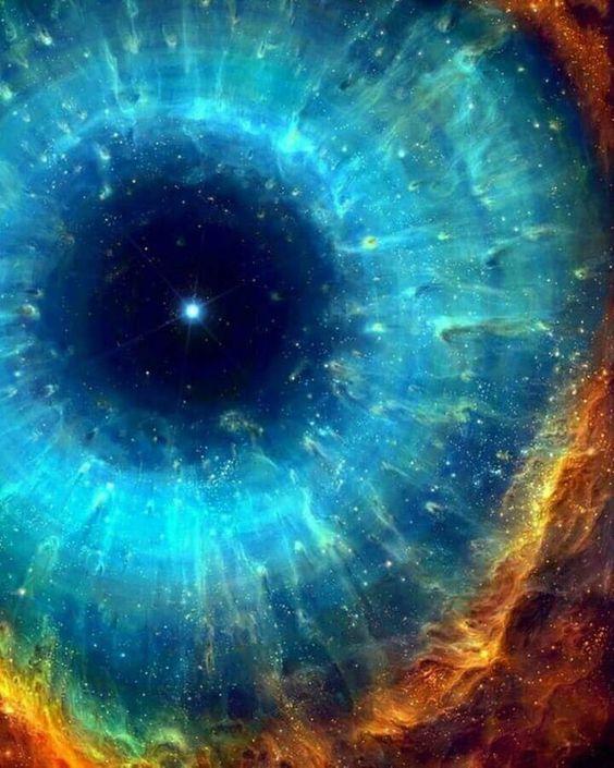 cervello umano e universo con struttura simile